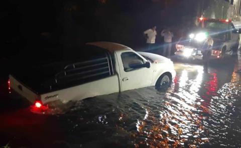 Camioneta varada en arroyo