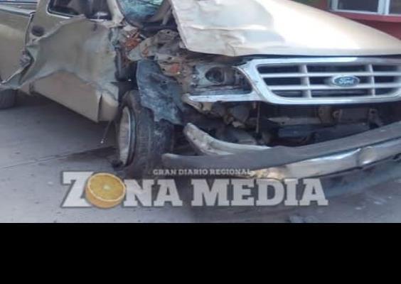 Camioneta pegó contra mezquite
