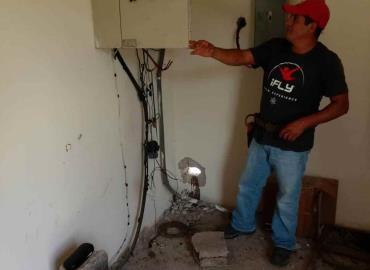Dan mantenimiento a sistema eléctrico