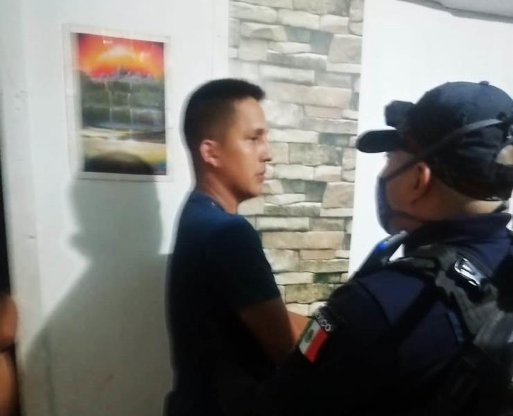 Policía arrestado por agredir a su pareja