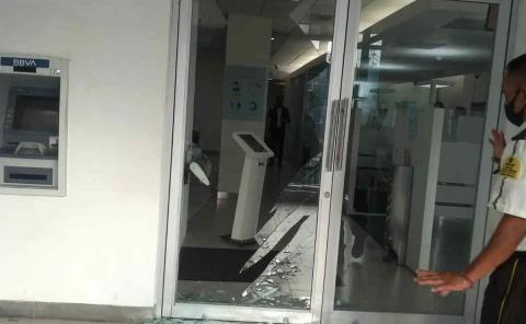 Apedrean banco en la zona Centro