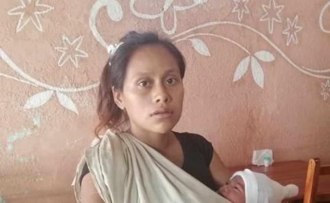Con su bebé, Angélica recorre las calles de Tamazunchale; clama ayuda