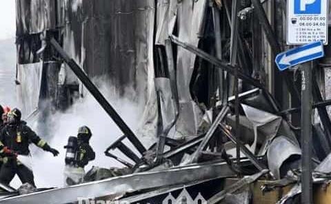 Avioneta se estrella Vs. edificio; 8 muertos