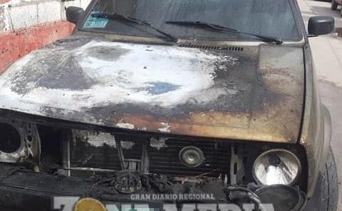 Ardió vehículo Estacionado
