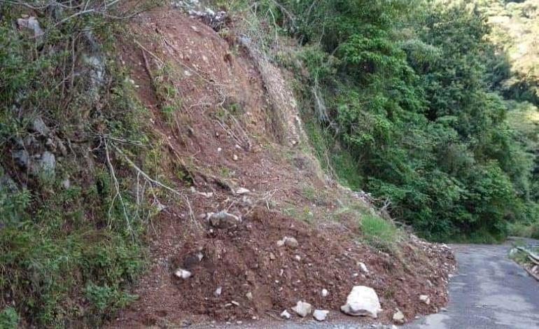 Carreteras colapsadas por desgaje de cerros