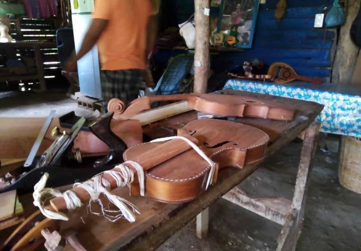 Lauderia en Texquitote I... arte de elaborar instrumentos musicales