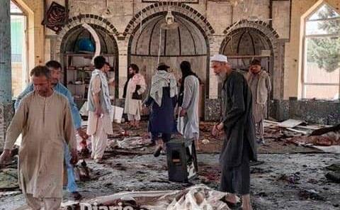 Atacan una mezquita, mueren 80 personas