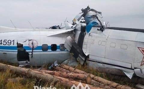16 muertos tras estrellarse avión