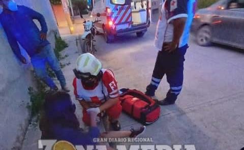 Mujer herida al caer de moto