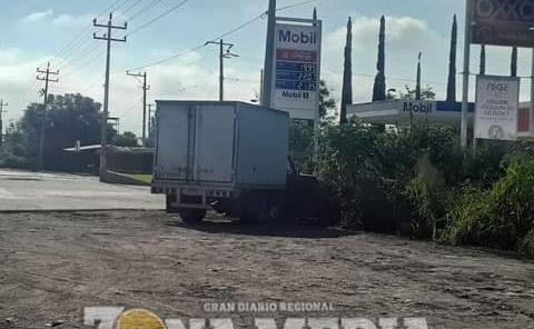 Dejan abandonado vetusto camión